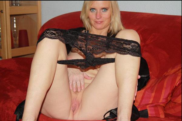 blonde livesex schlampe zeigt ihre rasierte fotze vor der cam